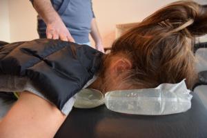 Fangotherapie bei Verspannungen des Schulter-Nacken-Bereichs