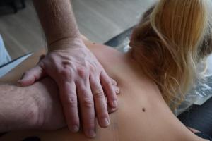 Massagegriffe an der Brustwirbelsäule